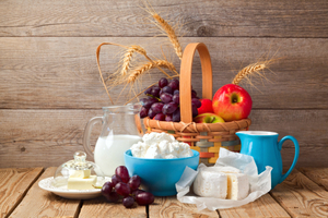 MILK, CHEESE AND FRUIT BASKET OVER WOODEN BACKGROUND © Maglara | Dreamstime.com